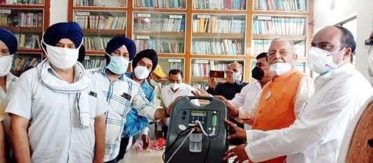 कैबिनेट मंत्री ने 50 आक्सीजन कंस्ट्रेटर उपलब्ध कराए