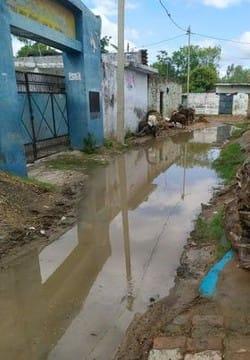 सड़कों पर भरा गंदा पानी, संक्रामक बीमारियां फैलने की आशंका