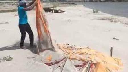 शृंग्वेरपुर घाट पर दफन शवों से रामनामी चादर हटाने के मामले में सफाई कर्मियों पर कार्रवाई की जा सकती है। हालांकि अभी कमेटी की जांच जारी...