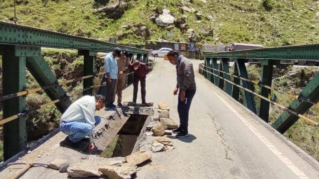 भवाली-अल्मोड़ा राष्ट्रीय राजमार्ग पर पुल पर गड्ढा बनने के बादयातायात बंद, जानें क्या है विकल्प