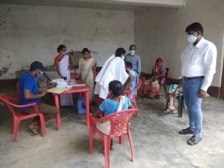 बाढ़ प्रभावित गांव में किया गया टीकाकरण