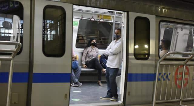 Delhi Unlock:3 हफ्ते बाद फिर से पटरियों पर दौड़ती नजर आई दिल्ली मेट्रो