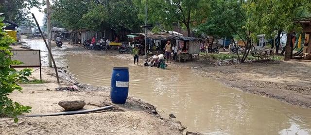 पहली बारिश में झील में तब्दील आमापुर-हथगाम मार्ग