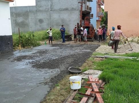 सड़क निर्माण में घटिया सामग्री प्रयोग करने का आरोप