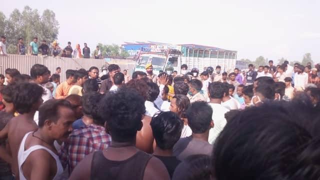 सैनी थाना क्षेत्र में त्रिलोकपुर के समीप बुधवार शाम एक तेज रफ्तार डीसीएम ट्रक अनियंत्रित होकर बाइक सवार पूर्व प्रधान के भाई के ऊपर पलट गया। हादसे...
