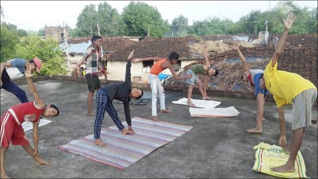 गांवों में दीनदयाल शोध संस्थान के समाज शिल्पी करा रहे योगाभ्यास
