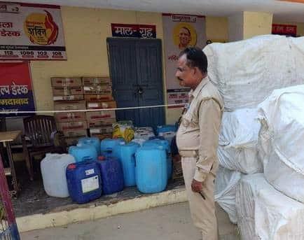 देसी शराब का नकली कारखाना पकड़ा , भारी मात्रा में शराब मिली