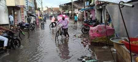 सुपौल बाजार की दुकानों व घरों में घुसा बारिश का पानी