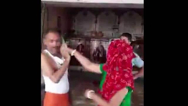 महिला ने मंदिर के पुजारी की चप्पल से की जमकरपिटाई, फिर वीडियो भी किया वायरल, सदमें में पुजारी ने खाया जहर