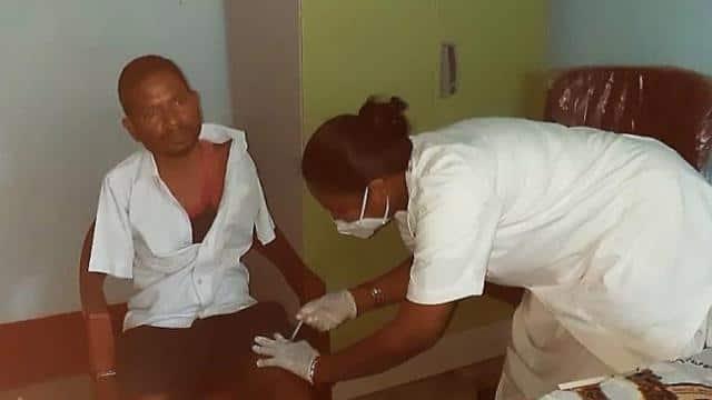 हिम्मत को सलाम: दोनों हाथ नहीं थे फिर भी इस शख्स ने जांघ में लगवाई कोरोना वैक्सीन