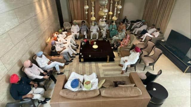 नाश्ते के टेबल पर पकी सियासी खिचड़ी, नवजोत सिंह सिद्धू के घर जुटे कांग्रेस के 62 विधायक