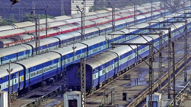 रेलकर्मी की बड़ी लापरवाही: पासिंग लाइट बाहर रखकर सो गया गेटमैन, धड़ाधड़ निकलती रहीं ट्रेनें
