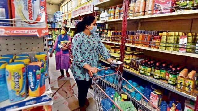 महंगाई का खेल: किचन का बजट संभाल रहे आलू-टमाटर तो बिगाड़ रहे खाद्य तेल, एक साल में कहां से कहां पहुंच गए आवश्यक वस्तुओं के दाम