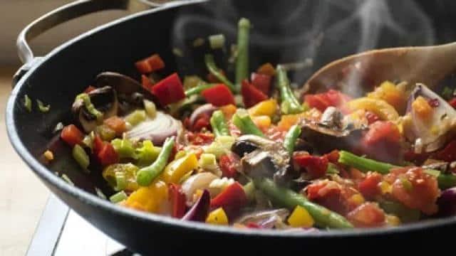 भूलकर भी खाने की इन 5 चीजों को पकाकर न खाएं , फायदे की जगह होगा नुकसान