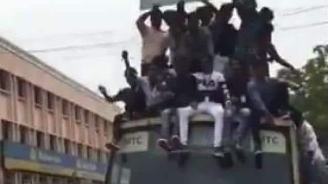 बस की छत पर बैठे थे सैंकड़ों लोग, ड्राइवर ने लगाए ब्रेक तो धड़ाम-से गिरे सभी, देखें वायरल वीडियो