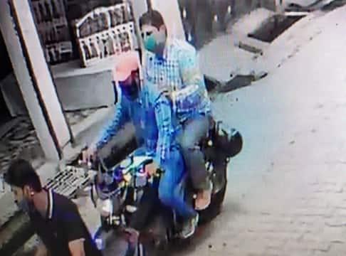 सीसीटीवी में दो बाइक सवारों की तस्वीर कैद, छाबनीन में जुटी पुलिस सुभाषनगर में दिनदहाडे़ ज्वैलर्स के शोरूम से आठ अंगूठी लेकर...