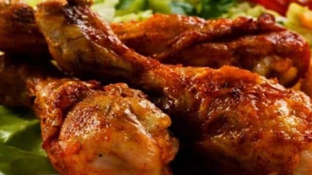 चिकन लवर्स हो जाएं अलर्ट, मोटापा बढ़ने के साथ कमजोर हो सकती है प्रजनन क्षमता