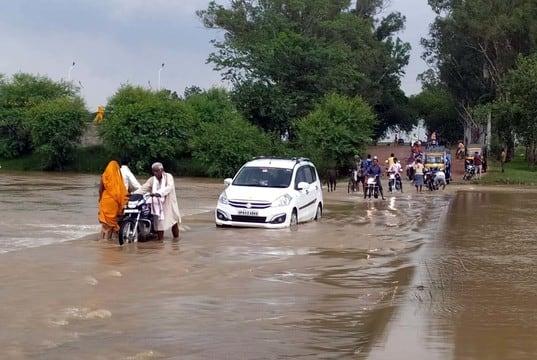 जिले के विभिन्न स्थानों पर शनिवार को हुई बरसात से आम जनजीवन अस्त-व्यस्त हो गया है। जमालपुर में एक व्यक्ति का कच्चा मकान गिर...