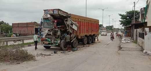 दो ट्रकों व अप्पे टकराए, खलासी घायल