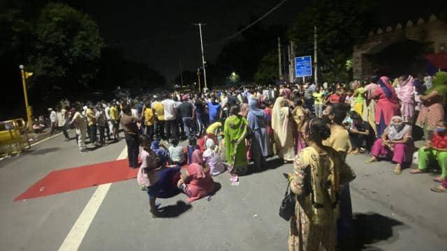 दिल्ली में नाबालिग से रेप और हत्या के मामले ने पकड़ा तूल, लोगों ने शुरू किया धरना, अब तक 4 लोग गिरफ्तार