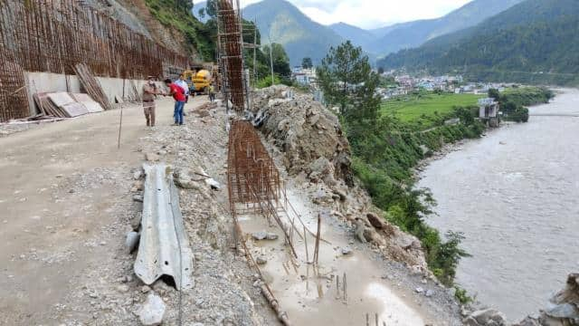 आफत की बारिश:बड़ेथी के पास टूटा गंगोत्री हाईवे का हिस्सा,खतरे में आई ओपन टनल