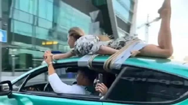 हथकड़ी लगाकर गर्लफ्रेंड को कार की छत पर बांधा, फिर पूरे शहर में घुमाया