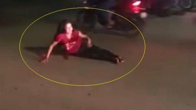 लड़की ने बीच सड़क लेटकर की ऐसी हरकत, लग गया ट्रैफिक जाम