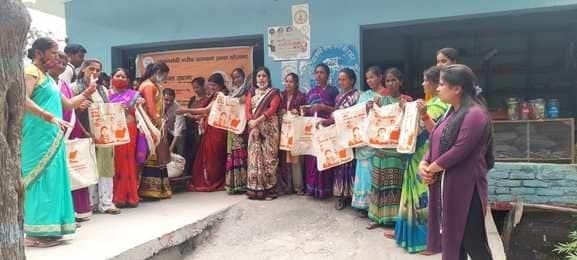 भाजपा महिला मोर्चा ने  नि:शुल्क बैग बांटे