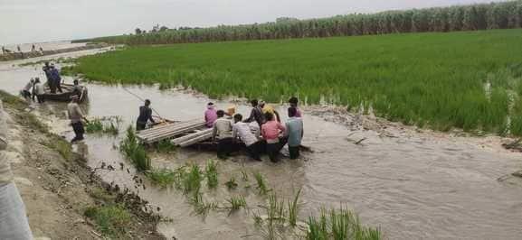 सोमवार को उत्तराखंड में कई स्थानों पर बादल फटने के कारण खीरी में शारदा नदी के बढ़ने का खतरा उत्पन्न हो गया है। सोमवार रात बनबसा बैराज से साढ़े तीन लाख...