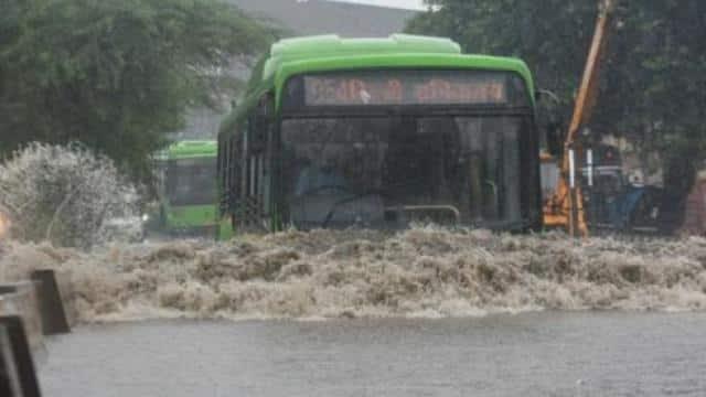दिल्ली में बारिश ने तोड़ा 12 सालों का रिकॉर्ड, कई जगह जलभराव, गिरे पेड़ और दीवारें