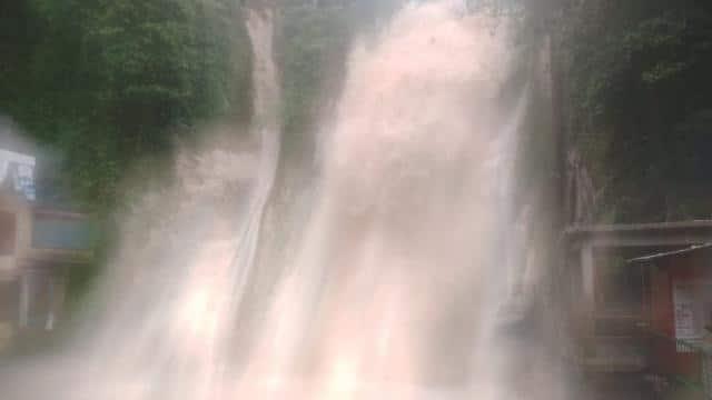 भारी बरसात के बाद मसूरी कैंपटी फॉल का बढ़ा जलस्तर, पुलिस की सख्ती के बाद पर्यटकों की No Entry