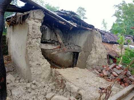 जौनपुर में मकान और दीवार गिरा, मलबे में दबकर दंपती समेत चार की मौत