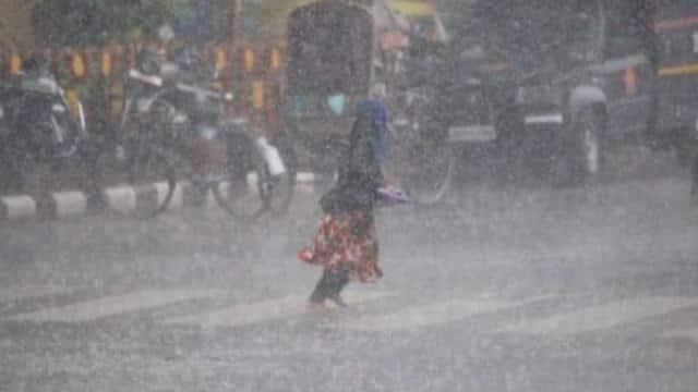 लखनऊ समेत कई जिलों में भारी बारिश, आंधी-पानी में जगह-जगह गिरे पेड़-खंभे, बिजली का संकट गहराया