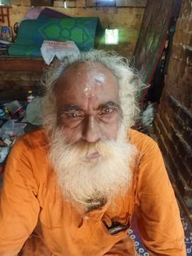 मंदिर परिसर में पुजारी की अंत्येष्टि का विरोध