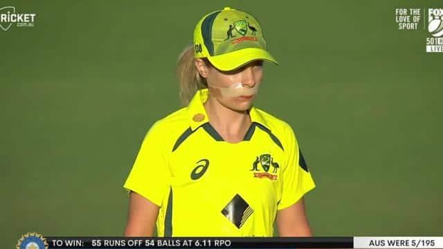 IND W vs AUS W: ऑस्ट्रेलिया की सोफी मोलिनक्स को बॉल लगने होने के बाद हुई खून की उल्टी, सिले होंठ के साथ फील्डिंग करने मैदान में उतरीं- देखें VIDEO