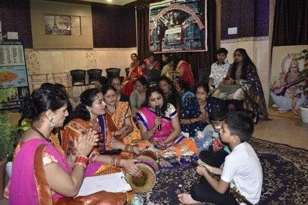 पुलिस परिवार से जुड़ी महिलाओं ने किया भजनों का गायन